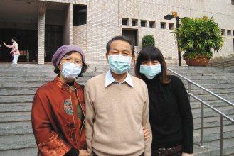 63歲的陳先生(中)因心臟病併發腎衰竭,在洗腎一年之後接受二女兒(右)捐腎,今天...