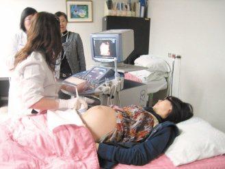 成大引進4D超音波,準媽媽在螢幕上看到寶寶的動態,都超感動。(記者修瑞瑩/攝影)