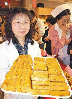 衛生署桃園醫院昨天推出健康年菜,用枸杞、南瓜子做成的養生地瓜年糕。(記者賈寶楠/...