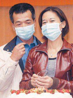 林女士(右)接受先生(左)的腎臟移植,並成功克服抗原排斥。林女士與先生一同切蛋糕...