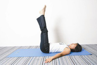 a.預備姿勢:採仰臥姿,雙手打開呈T字型,兩腿併攏向天花板延伸。