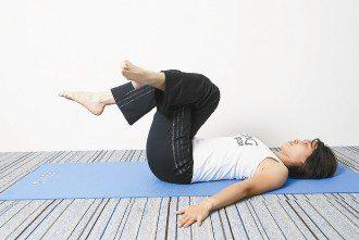 b.右腳勾住左腳,膝蓋彎曲呈90度。