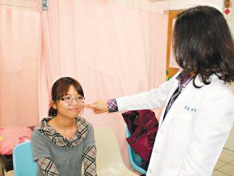 中醫師林靜芳建議,在鼻翼兩側的迎香穴多按摩,可協助治療過敏性鼻炎。(記者胡宗鳳/...