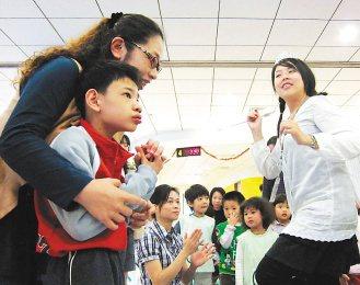 12歲的祥祥(左前)罹患罕見疾病,媽媽帶著他在台安藝術治療中心接受治療。(記者徐...