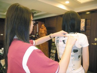 為了矯正脊椎角度,儘管背架再怎麼不舒服,雙胞胎姊妹「小珊」和「小珉...
