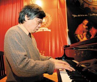 江漢聲每天至少抽出半小時彈鋼琴。心情煩悶時,彈琴可以讓他忘掉煩惱。(記者高智洋/...