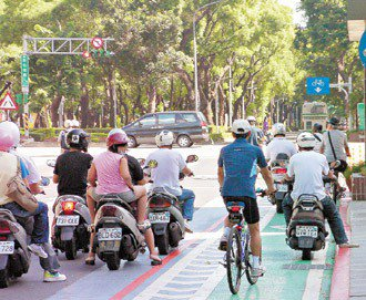 等紅燈,起來動動 騎車等長時間坐著不動的行為,很容易引發攝護腺炎,等紅燈時,不妨...