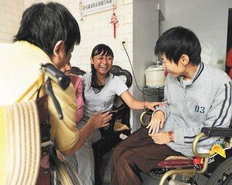 罕見疾病的安養協力家園,病友(左右坐輪椅者)同住,在外籍看護安妮(中)協助下,相...
