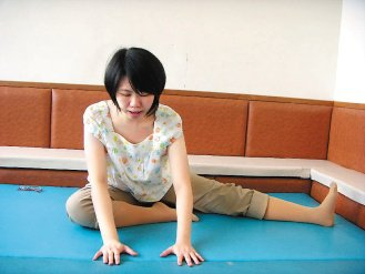 5.伸展內收肌:坐姿下運動的腳外展並且將雙腳往外旋轉,慢慢將軀幹向前但是上背要維...