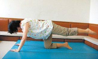 4.跪趴抬腳:雙手和雙膝在床面,維持骨盆後傾,呼氣時將一腳慢慢抬高並且保持軀幹在...