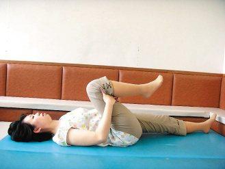6.伸展腿後肌:平躺雙腳伸直,將一腳大腿慢慢貼近胸部,一次維持15秒,再慢慢伸直...