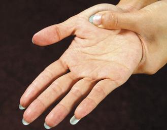 多按揉大拇指第一掌骨凸起的肌肉處,可保健腸胃。