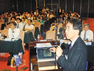 陽明大學附設醫院昨天辦國際學術研討會,圖為日本學者夏越祥次(右)的演講。 記者羅...