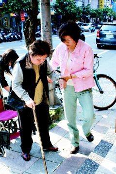 陪同老人家就醫,也是民間居家服務的項目之一。 圖/中化居家照顧服務提供