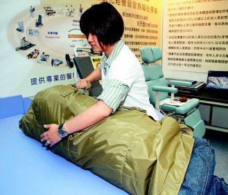 轉位滑墊也可協助照護者幫助病人翻身。 記者曾吉松/攝影