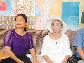 郭女士(右)昨天到署立雙和醫院現身說法,鼓勵有轉移性的腦腫瘤患者,若符合健保給付...
