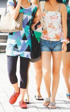 醫師提醒,時值盛夏,女性常穿貼身褲襪或牛仔褲密不通風,易引起搔癢。 本報資料照片...
