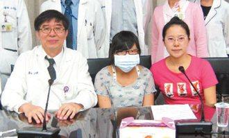 謝素梅(右)與女兒郭哲宇(中)感謝李伯璋(左)與醫療團隊。 記者修瑞瑩/攝影