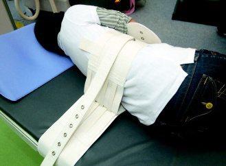 磁扣式約束帶病人仍可翻身,不影響活動。 記者曾吉松/攝影
