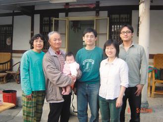 詩人吳晟(左二)「最甜蜜的負荷」皆長大成人,左起分別是太太芳華、孫兒采青、長子吳...