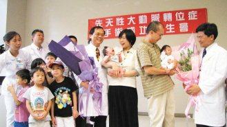 中國醫藥大學附設醫院小兒心臟科醫療團隊,替2名先天性大動脈轉位症新生兒,成功完成...