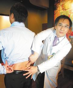 署立雙和醫院神經外科主治醫師林乾閔(右)表示,微創內固定手術只需在下背開兩個2至...