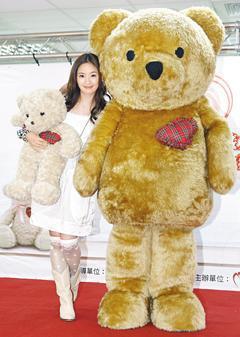 林依晨昨天與小麥熊一起宣導器捐。 記者蘇健忠/攝影