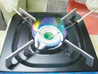 橡皮擦加熱,火焰出現綠色,表示產生氯化銅,證明這些橡皮擦都含有氯。 記者鄭惠仁/...