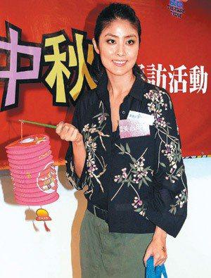 陳慧琳說自己十分環保,所以會用去年的燈籠慶中秋。 (圖:東方日報提供)