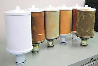 最左邊是全新的淨水器濾心,其他都是用過回收的濾心,光看顏色就知道濾過多少雜質。 ...