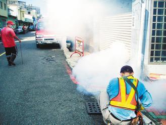 台南市中西區銀同里出現今年首例本土登革熱病例,防疫人員展開噴藥除蚊。 圖/台南市...