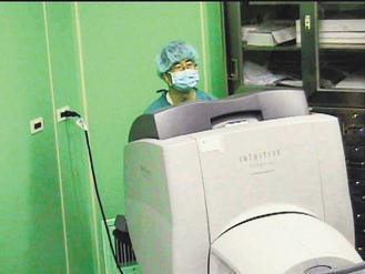 就跟打電玩一樣,醫師雙手不用深入病患腹腔中,進行手術,只要在螢幕前遙控達文西機械...
