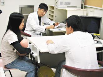 標準化病人測驗全程錄影,醫學生可透過錄影畫面再次回顧,了解學習不足之處。 圖/李...