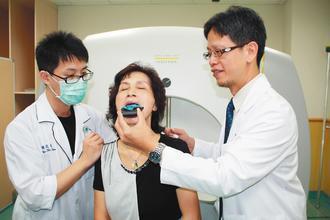 署立雙和醫院神經外科主任林家瑋(右)指出,顱內腫瘤患者透過口咬式固定器進行加馬刀...