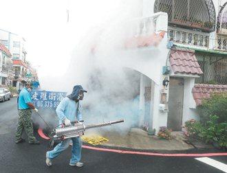 南台灣本土登革熱疫情升溫,昨天上午台南市環保局在巷弄間噴灑殺蟲劑。 圖/陳易辰攝...