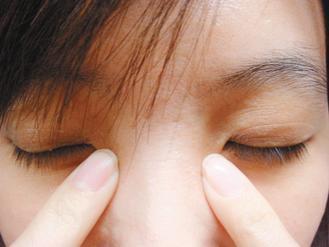 輕壓眼頭下方,並順著下眼部按摩,由近到遠至太陽穴,可增加眼睛血液循環。記者張...