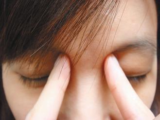 輕按壓眼輪匝肌,順著上眼皮按摩至太陽穴,放鬆眼部肌肉,可避免黑眼圈。記者張嘉...