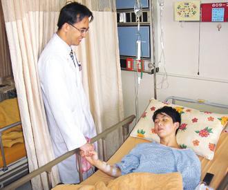 陽明大學附設醫院啟動重大外傷應變機制,成功救回兩條年輕生命,傷勢好轉的簡姓學生昨...