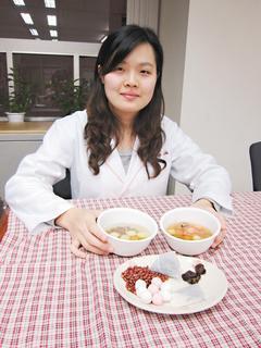 營養師詹雅涵提醒,冬至吃湯圓也要小心攝取過多熱量。 記者邱瓊玉/攝影