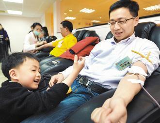 建國百年,為呼籲民眾踴躍捐血,捐血中心上午昨天邀請三位即將捐血百次的民眾一同捐血...
