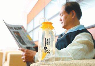 健保給付「舒療奶瓶」,可讓患者回家把藥物帶回家,在家裡化療。 記者陳立凱/攝影