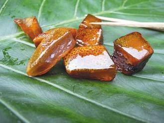 「樹山豬皮」看起來跟油亮的豬皮沒兩樣,其實是白柚做的。