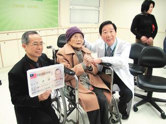 百歲人瑞王清香老太太(中)。 記者施靜茹/攝影