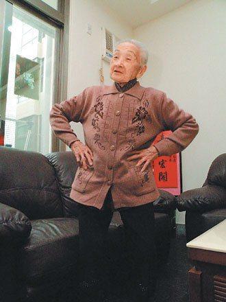陳李葉老太太身體硬朗、行動自如,如果天氣不好,就在家裡扠腰扭臀做運動。