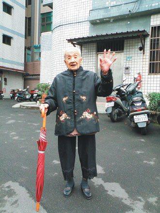 105歲陳李葉,至今仍自己上下樓梯。