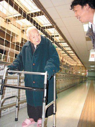 埔里鎮114歲人瑞劉鏡寰身體健朗,仍能扶著助行器自己散步運動。