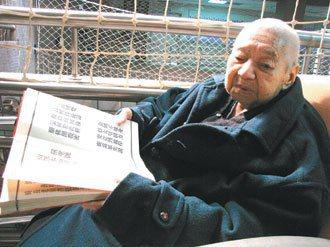 114歲的劉鏡寰耳聰目明,不必戴眼鏡就能讀經書。