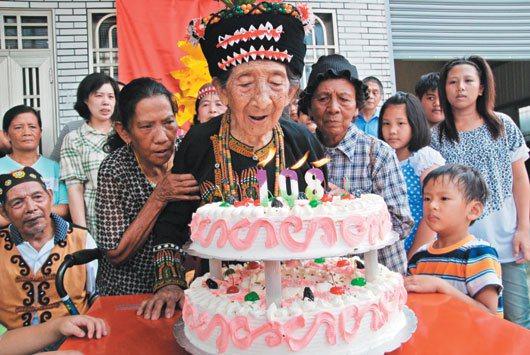 彭玉梅去年8月歡慶108歲的生日,在家人攙扶下開心的吹蠟燭慶生。