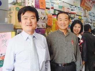 仁德區太子藥局藥師許文華(左)發起捐血活動,今年邁入第十年,歸仁警分局長柯訂讚(...