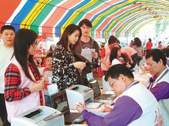 立法院長王金平號召捐血救血荒,不少民眾正登記捐血。 記者林保光/攝影